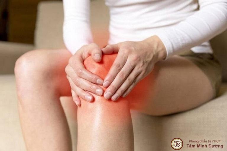 đau đầu gối khi đứng lên ngồi xuống